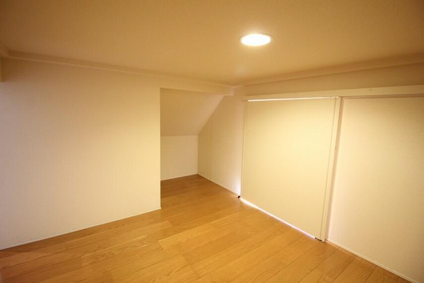 収納 階段下の収納です。玄関ともつながっております。 収納としてもですが、隠れ部屋としても楽しいですね。
