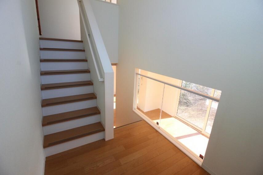 階段室では机を置いて勉強スペースや読書スペースとしてもおススメです。踊り場が広いので2階までの荷物の持ち運びも楽々!