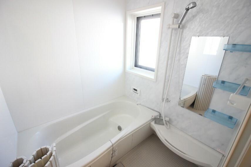 浴室 2階にバスルームと洗面所があります。外からの視線もを避けられるので安心ですね。