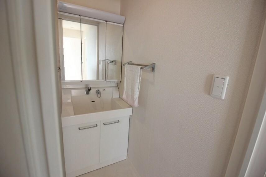 洗面化粧台 3面鏡の洗面台です。洗剤や水廻りの用品を仕舞うことができますね!