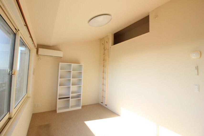 洋室 ロフトに上がることができる洋室です。ロフトを利用することで居室がすっきり片付きます。
