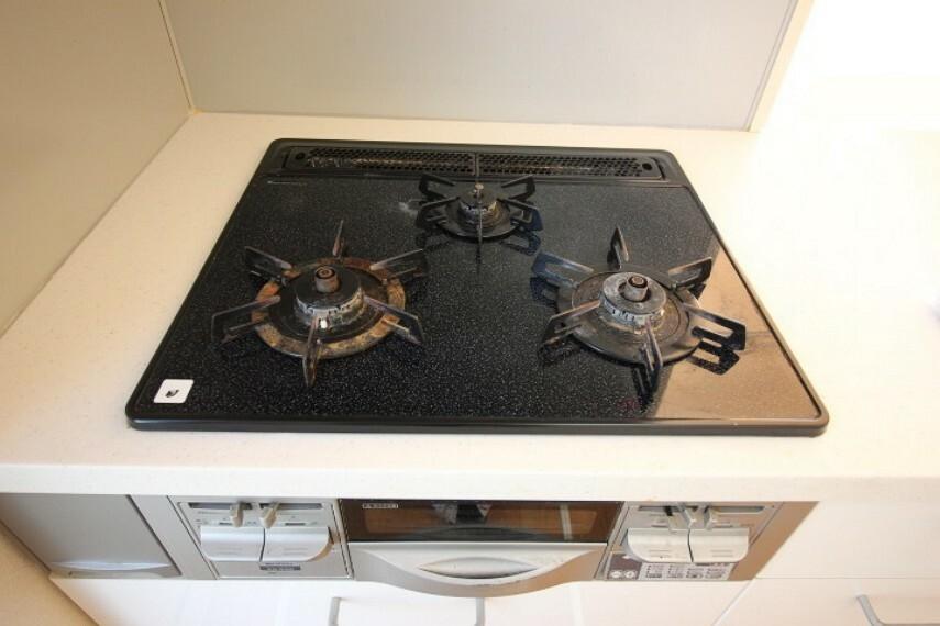 3口コンロは煮込み料理も同時進行ででき、効率良く家事が進みます。