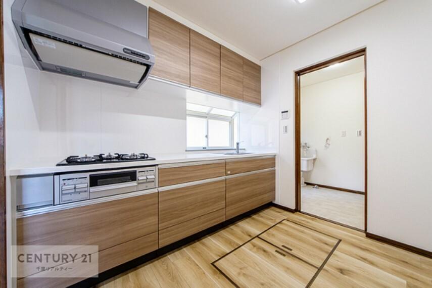 キッチン システムキッチンは三口コンロやたっぷりの収納スペースがあり、主婦には嬉しい設備がいっぱい!