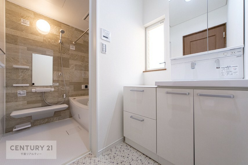 洗面化粧台 収納たっぷりの洗面所です。洗剤やシャンプー類のストックにも困りませんね。窓があるので、換気もできて安心です。
