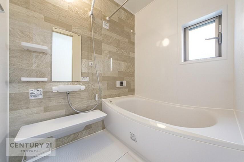 浴室 広々浴室でゆったりリラクゼーション*清潔感と和らぎあるカラーで統一し、ゆったりお使い頂ける柔らかな曲線で構成された、半身浴も楽しめるバスタブが心地よさをもたらします。
