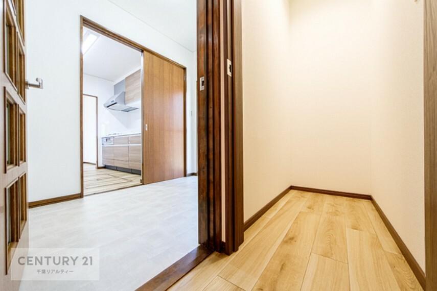収納 こちらは1階の収納スペースになります。 季節家電など収納しておくことができ、お部屋をスッキリと片づけられますね!