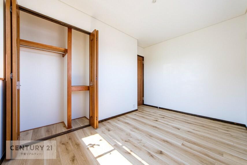寝室 全居室収納スペース付き。収納力たっぷりで、お部屋をスッキリ片づけられますね。広々したお部屋は気持ちよく過ごせます。