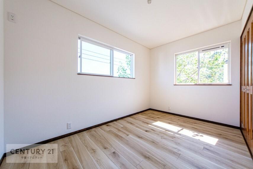 子供部屋 2面採光採用の室内は陽当たり、通風ともに良好です。大きな掃き出し窓がないので小さなお子様にも安心な設計となっております。
