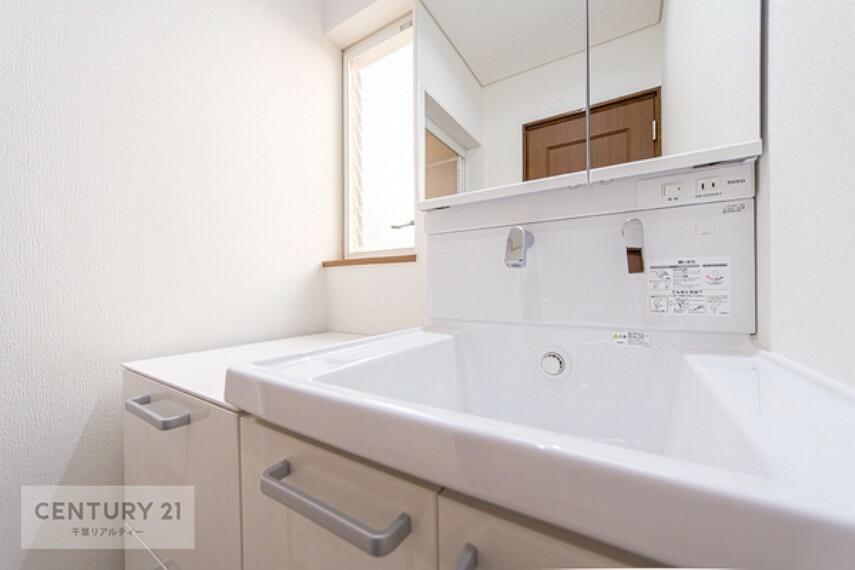 洗面化粧台 三面鏡洗面化粧台です。鏡の裏側には収納スペースがございます。化粧品などを収納しておけるので、お出かけ前の支度も楽々ですね。