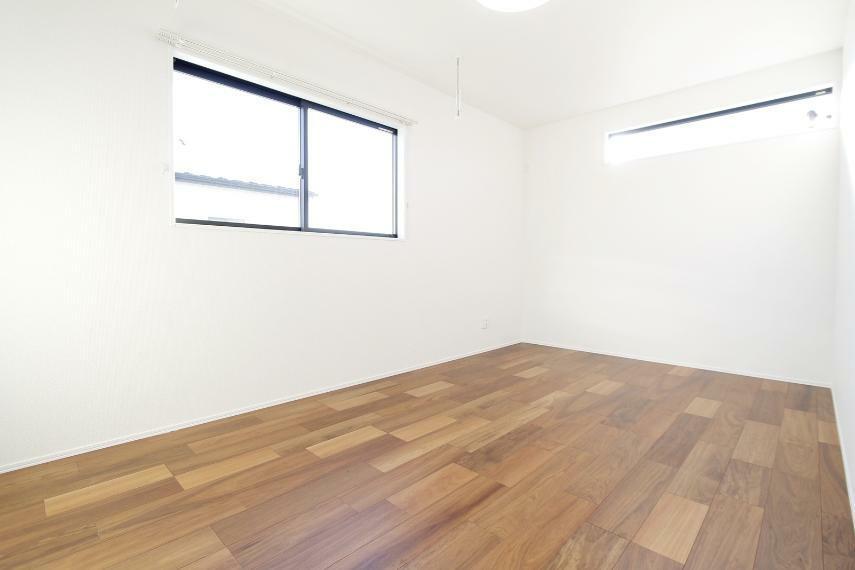 洋室 主寝室からバルコニーへアクセス可○採光の取れた明るいお部屋です○室内物干し付きで部屋干しもOKです!