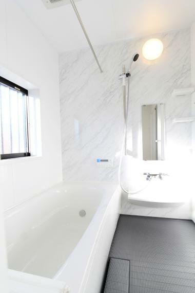 浴室 浴室乾燥暖房機付きバス○床のスミに目地が無いスミピカフロアを採用○室内干しはもちろんの事、窓付きなので換気もしやすいです○
