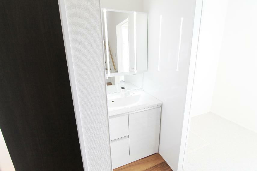 洗面化粧台 独立した洗面所○浴室脱衣所を使用中でも使いやすい配置です○下まで明るいツインラインLED照明とお子様目線の鏡付きで使いやすさ