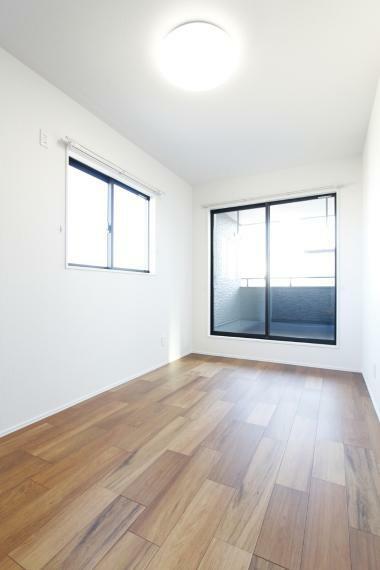 洋室 バルコニーへ出られる居室が2部屋あるのでお洗濯やお布団干しも効率が良いですね!