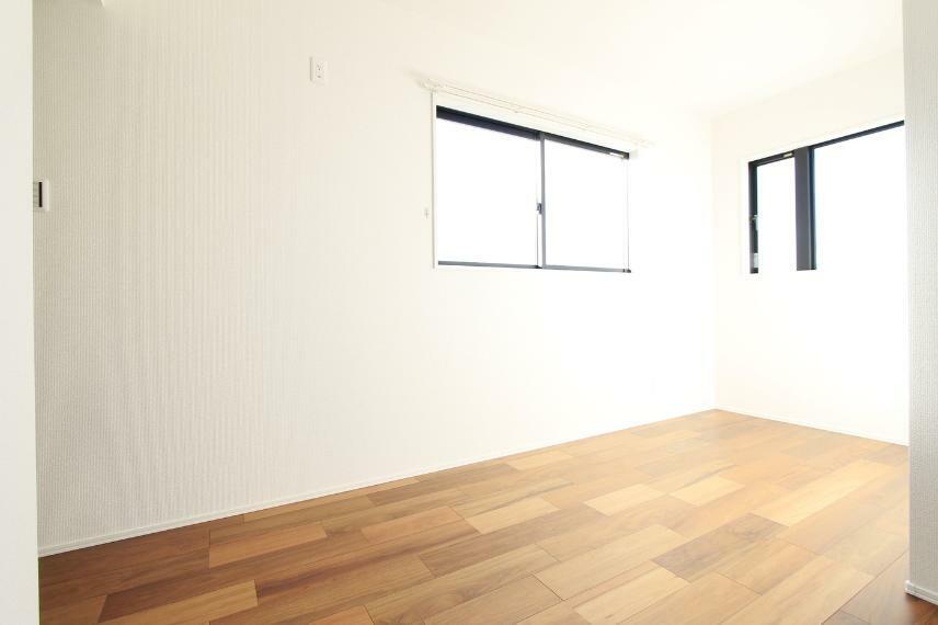 洋室 暗くなりがちな北側の洋室は二面採光で陽当たりを確保○