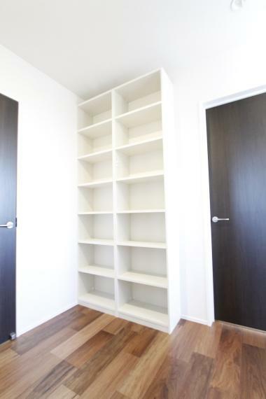 収納 2階のホールには本棚を設置しました。ご家族でお気に入りの本を共有できますよ!