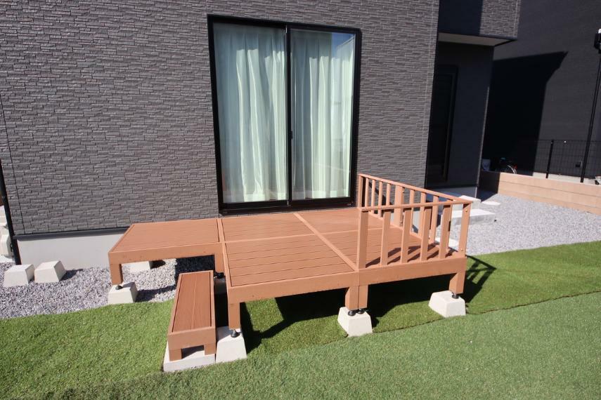 庭 ウッドデッキ設置しました○ リビングから出入りができるのでお子様の遊び場としても最適ですね!
