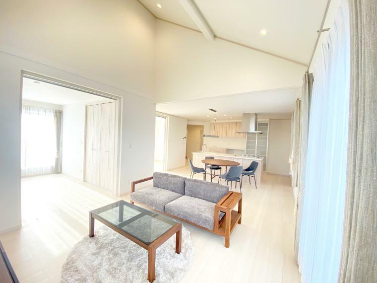 居間・リビング 白は開放感を感じる色で、部屋を広く見せる効果があります。斜めの高天井は、上下に広がる抜け感で、お部屋がより広く感じられる効果があります。 二つの視覚効果で、心地よい距離感が得られ、家族や友達が集まってもゆったりと寛げます。
