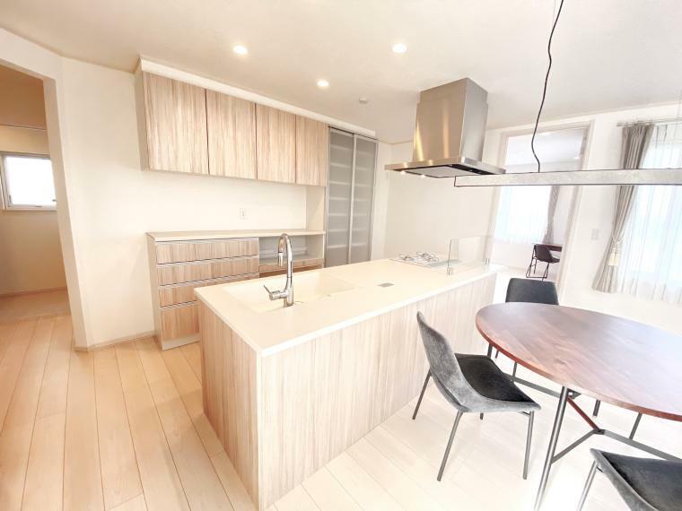 キッチン キッチンには大容量の収納スペースがある食器棚がついています。