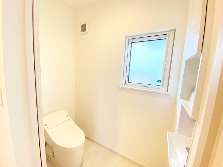 トイレ タンクレスのスッキリとしたトイレ。お掃除が楽々です! 独立した手洗い器付きで、小さなお子様でも上手にきれいに手を洗えます。