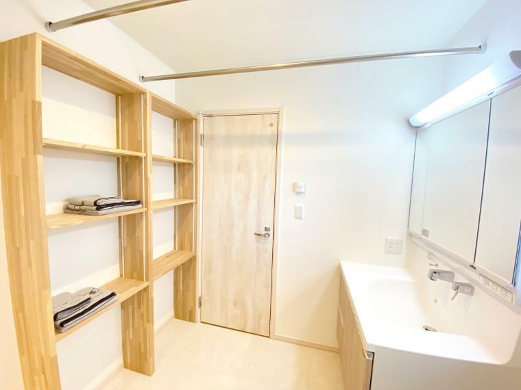 脱衣場 洗面所には、2本の洗濯干しステンレスパイプをご用意。たっぷり部屋干しできるランドリースペースに。 また、タオルなどを収納できる便利な可動棚をご準備。大容量なので、タオル以外にもお風呂上りに使う衣類を置いておくこともできます。