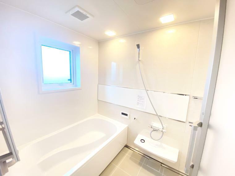 浴室 白を基調とした明るく清潔感のある浴室。半身浴やお子様を座らせられるステップ付きの浴槽で、快適なバスタイムを過ごせます。