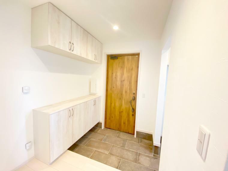 玄関 大容量の靴箱付きの玄関。 玄関タイルは床暖房なので、雨や雪に濡れた靴もすぐ乾いて快適です。