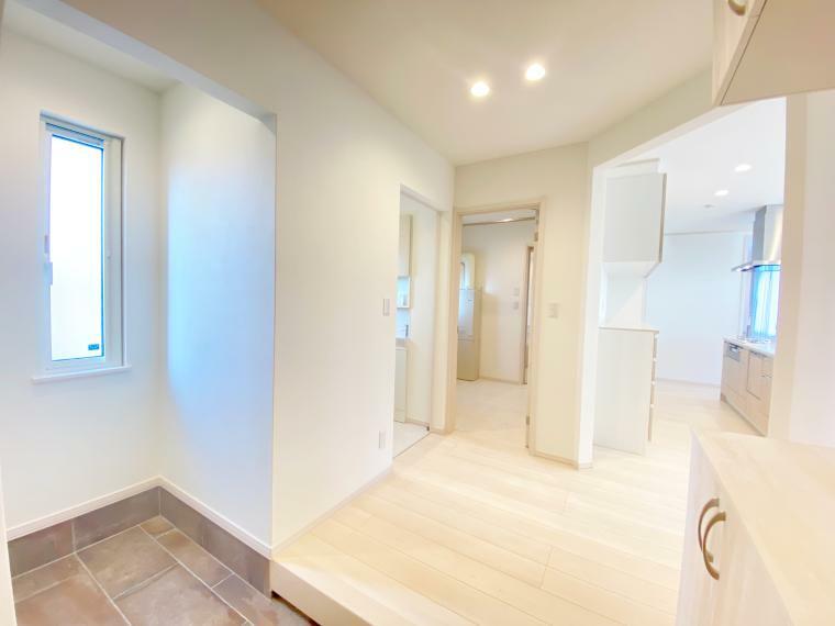 玄関 広々とした玄関ホールは、家を訪れる人を気持ちよく迎え入れてくれます。