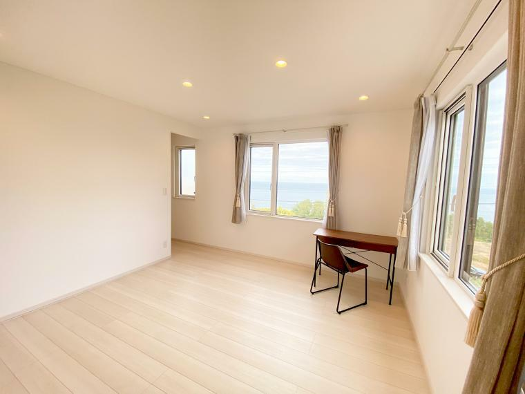 寝室 主寝室の収納は、たっぷり3畳のウォークインクローゼットをご準備。洋服など、たくさん収納できます。