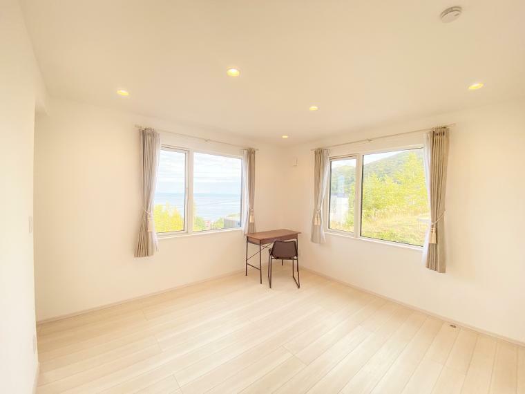 寝室 主寝室には朝日の入る窓と海岸を望める窓があり、毎日気持ちの良い朝を迎えられます。