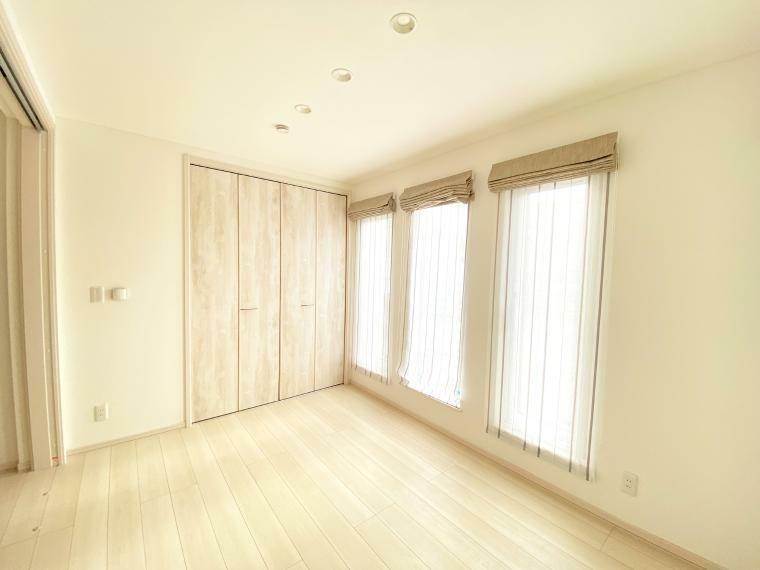 洋室 洋室A。南の陽が入る明るいお部屋です。 1畳の収納付き約6畳で、ベッドと机を置いても余裕があります。