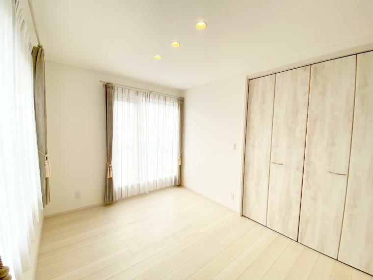 洋室 洋室B。南の陽が入る明るいお部屋です。 1畳の収納付き6畳です。