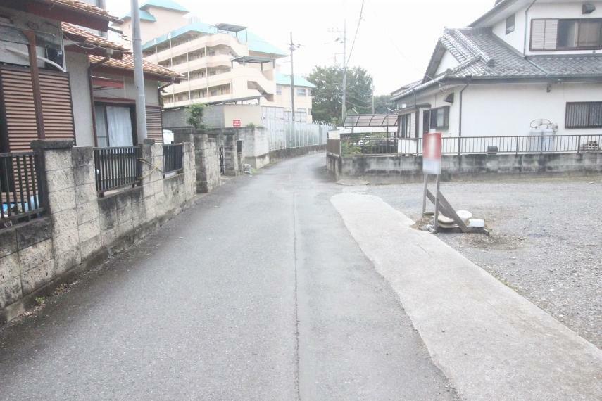 現況写真 敷地の東側にある道路を北側から南側に向かって撮影