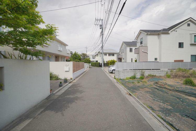 現況写真 現地周辺は第一種低層住居エリアの落ち着いた住宅地。空を広く見渡せる開放感のある住環境です。
