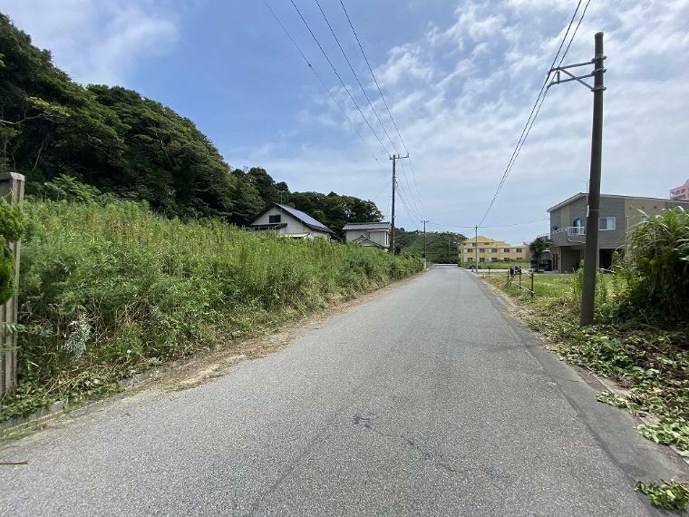 現況写真 南西側接道道路と周囲の環境