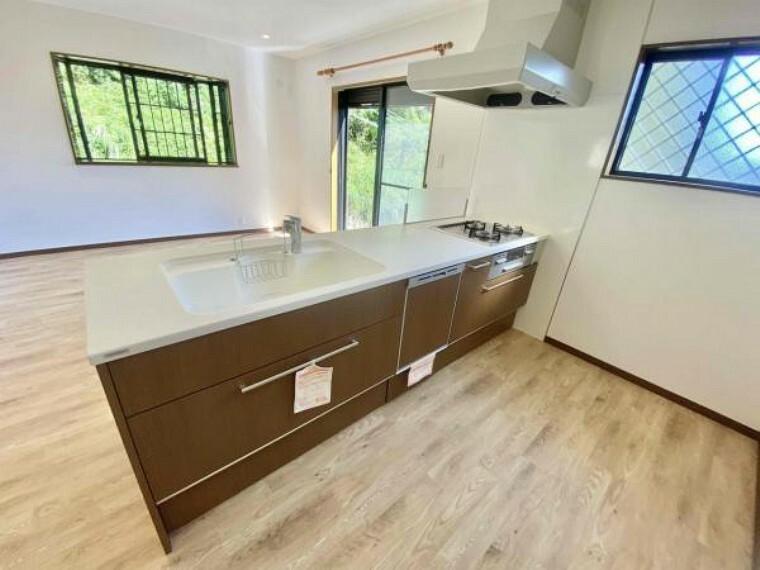 キッチン キッチンの天板がこんない広いと料理がしやすいです!よく皆様見落としがちな天板(まな板置くスペース)ですが、この大きさだと、めいっぱいお料理出来ます