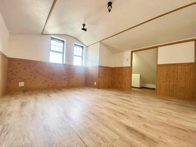 洋室 3階部分のお部屋になります(^^)/洋室10.5帖となっており当戸建の中でLDKの次に広いお部屋です お写真のとおり木のぬくもりを感じて頂けるお部屋です
