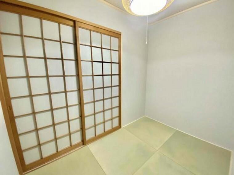 和室 和室はやっぱり日本人なので、1部屋有ると落ち着きますよね~ 物件担当の私も和室は欲しいです 雨戸が閉まっている状態で撮影したので少しお部屋が暗く見えるかもしれませんが南側向いていて日当たり良好です