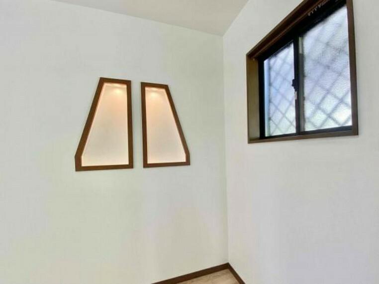 玄関 こちらは玄関入ってすぐ視界に入る飾り棚です(^^)/お洒落じゃないですか 玄関にほのかな明かりがあるのはいいですね
