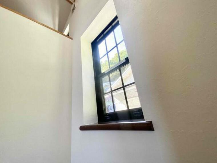 階段途中の窓です(^^)/陽がしっかり差し込んでいますね