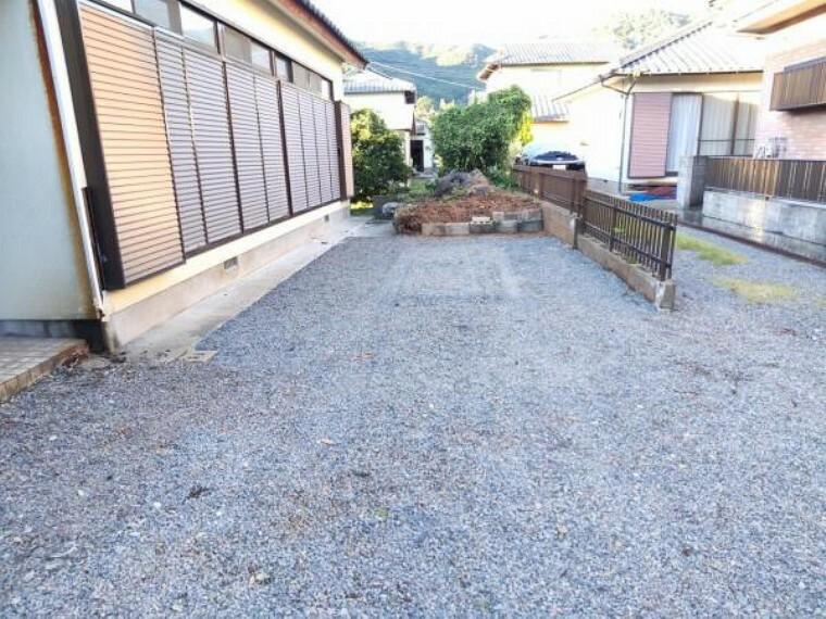 玄関 【リフォーム中】庭木は剪定と一部を取り除き庇も解体。砂利を敷き駐車スペースを作りました。