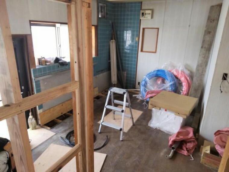 居間・リビング 【リフォーム中】キッチンを洋室へ変更中。床の張替え、壁と天井はクロスを張替えます。収納はクローゼットを新設します。