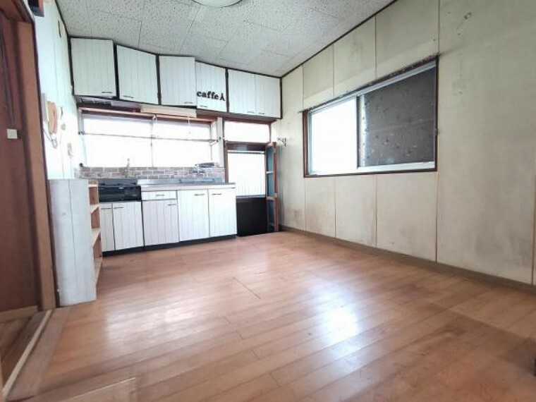 居間・リビング 【リフォーム中】LDKです。壁、天井クロスを交換し床を上張りします。キッチンも新しくなり清潔感がありますよ。