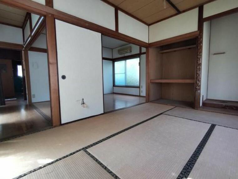 【リフォーム中】一階東側洋室です。壁、天井クロスを交換し床を上張りします。クローゼット付のお部屋なので、主寝室には最適です。