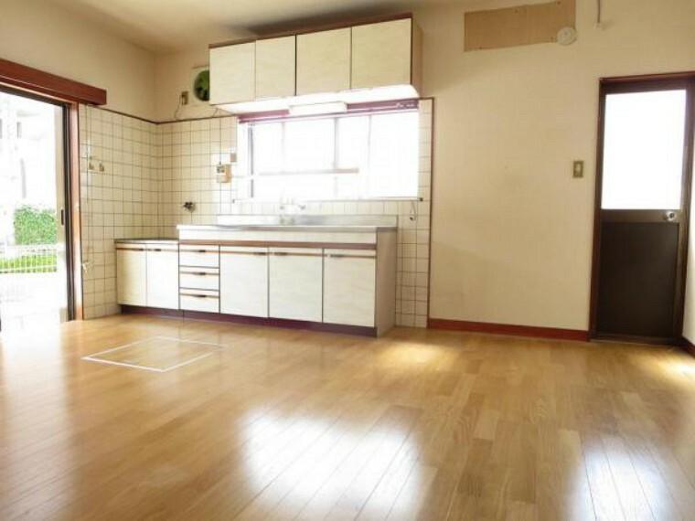 居間・リビング 【リフォーム中】南向きのリビングです。キッチンを新品に交換し、床のフローリング施工、壁・天井のクロスを張替え照明新設します。
