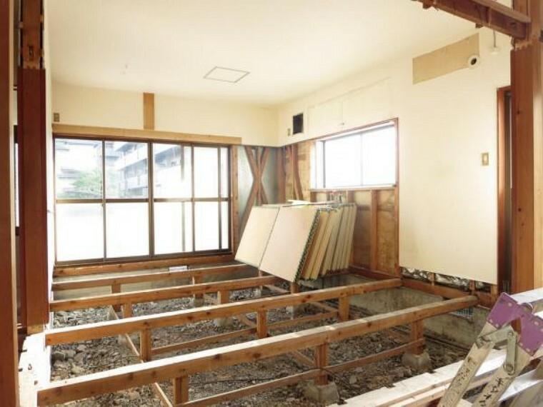居間・リビング 【リフォーム中】南向きの明るいリビングです。床のフローリング張替え、壁・天井のクロスを張替え建具も新規交換します。隣の洋室との建具を開けると広く使うこともできます。