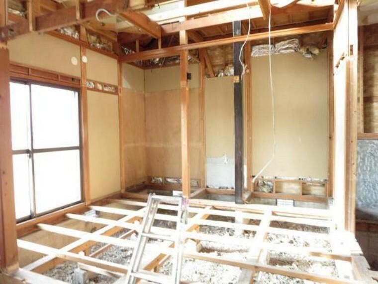 【リフォーム中】1階和室は使い勝手を考え洋室に間取り変更します。クローゼットを2か所新設しますので部屋全体を4広く使うことができます。床のフローリング張替え、クロスの張替え照明新設を行います。