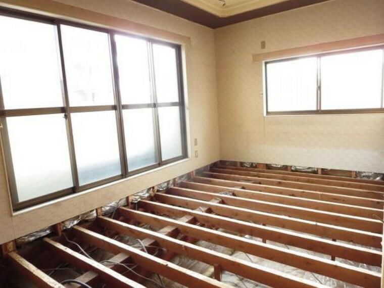 【リフォーム中】2階南7.5帖の洋室は床のフローリング張替え、壁・天井のクロスを張替え照明新設を行います。南側にベランダがあり日当たり良好のお部屋です。