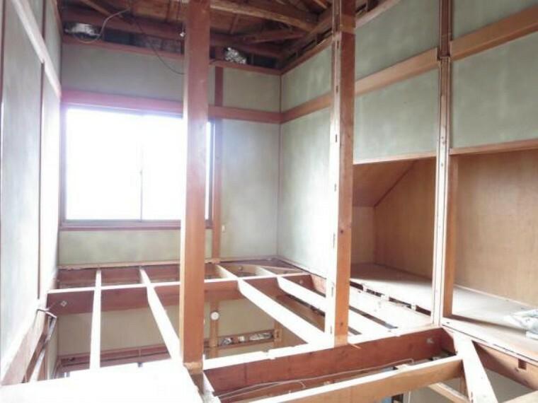 【リフォーム中】2階和室は使い勝手を考え5.5帖の洋室に間取り変更を行います。床のフローリング施工、壁・天井のクロスの張替え、照明新設を行います。西側に窓もあり、明るいです。