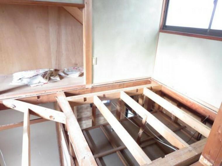 収納 【リフォーム中】間取り変更を行い納戸を新設予定です。床はフローリング施工、壁・天井はクロスを張って仕上げ照明新設します。東側に窓もありますので、書斎としても利用できます。