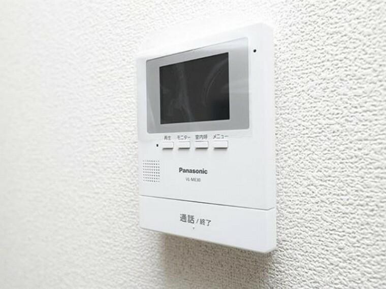 \同仕様写真/ ハンズフリー機能を備えたカラーモニターインターホンを採用!お料理中などで手が塞がっていても便利に応答可能です!夜間の映像確認機能もついていて、安心ですね!